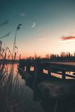 Molo di legno in riva a un lago all'alba - 195600811