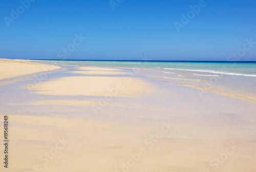 Foto op Canvas Natuur Beautiful white sand beach and Canary island , Fuerteventura sea.