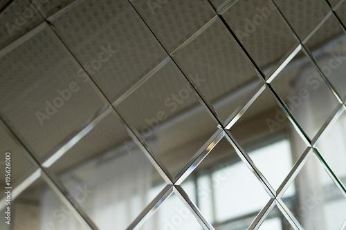 Duże płytki lustrzane, stosowane do dekoracji ścian w łazience. Projekt i wykończenie pokoju