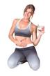 sportliche junge Frau im Sportdress hat Joghurt in der Hand