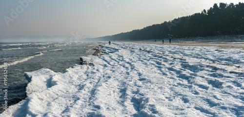 Fotobehang Pier Schnee an der Ostsee