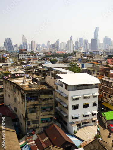 Papiers peints Bangkok Old decaying buildings and modern skyline of Bangkok in the background