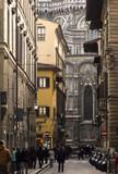 Italia, Toscana, Firenze,una via del centro e sullo sfondo la mole del Duomo.