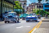 HDR - Kuba amerikanische Chevrolet und Ford Fairlane Oldtimer fahren auf der Hauptstrasse von Havanna City in Kuba - Serie Kuba Reportage