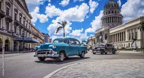 Foto op Plexiglas Havana HDR - Blauer amerikanischer Oldtimer fährt am Capitolio durch Havanna Kuba - HDR - Serie Kuba Reportage