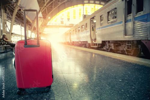 czerwony bagaż podróżny w stacji pociągów