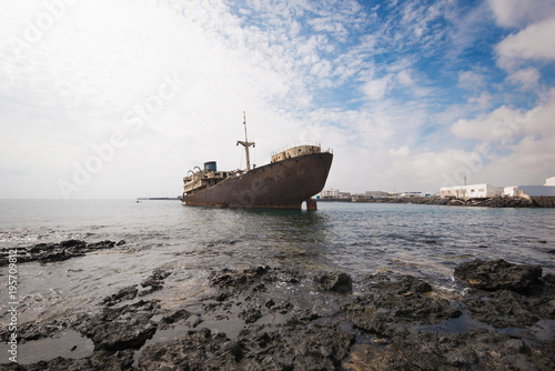 Foto op Aluminium Schipbreuk Shipwreck in Lanzarote, Canary islands, Spain.