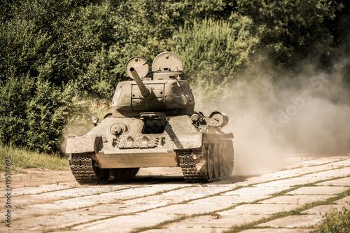 Stary sowiecki czołg retro od czasów drugiej wojny światowej