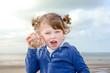 belle jeune fille écoutant la mer