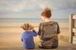 jeune fille et sa maman écoutant la mer dans un coquillage