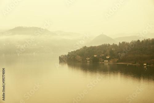 spokojne-jezioro-w-mglisty-dzien-jezioro-orta-w-polnocnych-wloszech