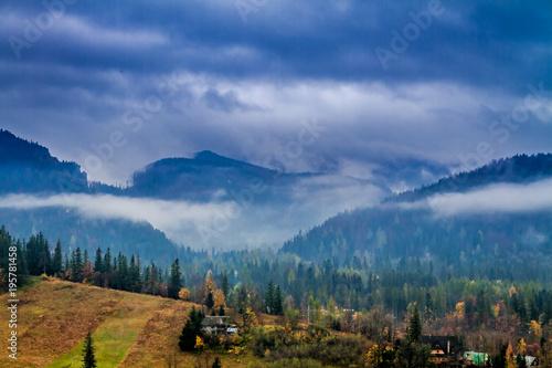 Tatras góry w Zakopane z mgłą, Polska