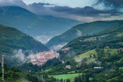Wschód słońca nad mgłową wioską Preci, Włochy
