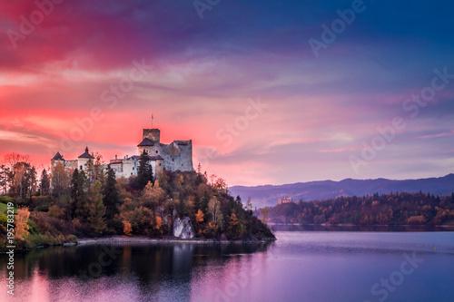 Piękny kasztel jeziorem przy różowym półmrokiem, Polska