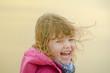 enfant jouant sur la plage hors saison