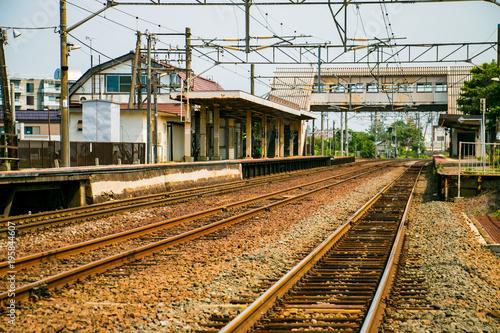 Fotobehang Spoorlijn 線路と駅のホーム 北海道小樽市銭函駅