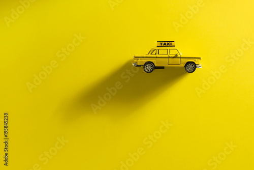 Foto op Plexiglas New York TAXI Taxi cab on a yellow background.