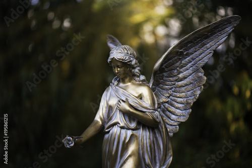 Engel aus Bronze am Friedhof, Trauerkarte - 195861215