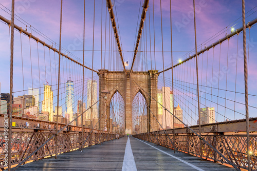 mata magnetyczna New York, New York on the Brooklyn Bridge Promenade facing Manhattan's skyline at dawn.