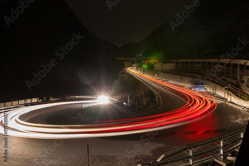 Tuinposter Nacht snelweg Schöllenenschlucht bei Nacht