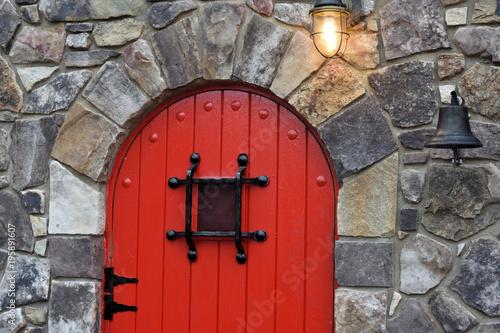 Wejście do kamiennej chaty