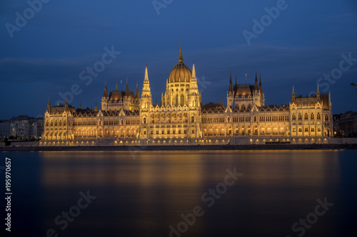 Foto op Aluminium Boedapest Wide static shot of the Hungarian parliament at night