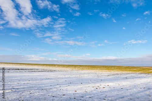 Pole z resztą śnieg pod niebieskim niebem