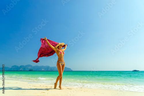 Kobieta przy plażą w Koh Poda wyspie Tajlandia