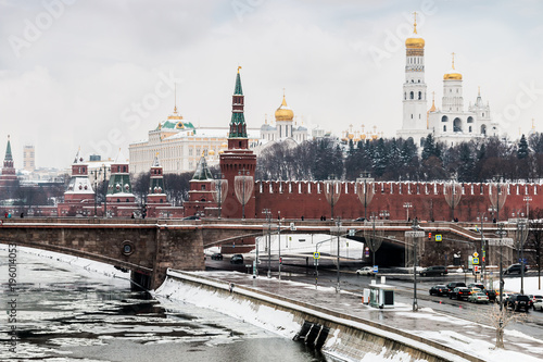 Deurstickers Moskou view of the Moscow Kremlin and the big stone bridge. Moscow. winter