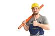 Handwerker in Arbeitskleidung mit Wasserwaage - isoliert weißer Hintergrund - Portrait lächelnder Monteur mit Wasserwaage zeit Daumen nach oben
