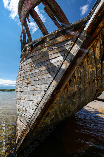 Foto op Aluminium Schipbreuk Wooden ship wreck on the beach