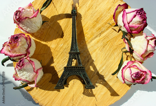 Aluminium Eiffeltoren Eiffel tower sovenir among flowers on wooden background