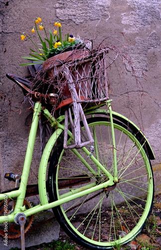 Deco rower przed starą ścianę