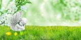 Engel auf Frühlingswiese mit Blüten und Ostereiern