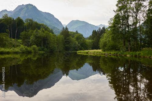 Staande foto Bergen Spiegelungen in einem stillen Bergsee