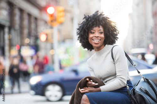 Czarna dziewczyna śmia się z ładnym uśmiechem outside w mieście