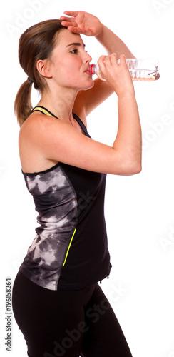Junge Sportlerin trinkt Wasser