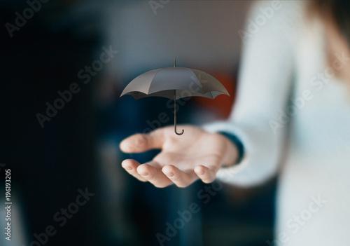 Ombrello aperto in mano, assicurazione, concetto di polizza o pioggia