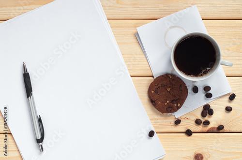 Kawa z ciastkami i czysty papier
