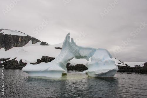 Papiers peints Antarctique Iceberg in Antarctic sea
