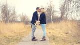 romantisches Paar küsst sich - Schwangerschaft - 196205604