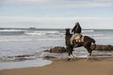 Montando a caballo en la playa - 196240671