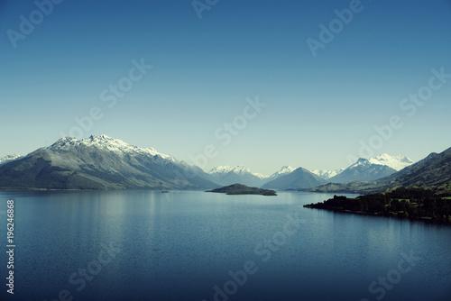 In de dag Blauwe jeans Paisaje de montañas con picos nevados. Las montañas se reflejan en un lago. Escena diurna, cielo azul y despejado. Nueva Zelanda.