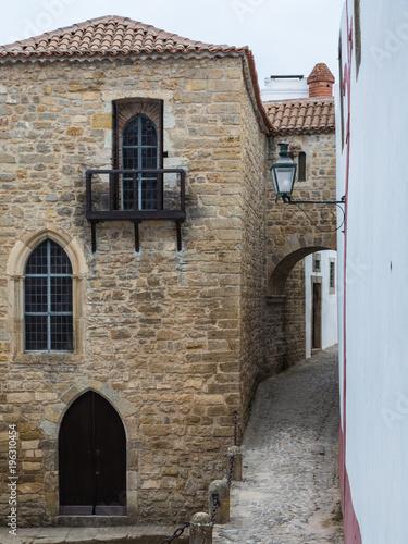 Aluminium Smalle straatjes Old Narrow Street in Portuguese Town