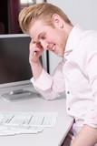 Junger Mann verzweifelt am Schreibtisch mit Steuerformularen - 196315636