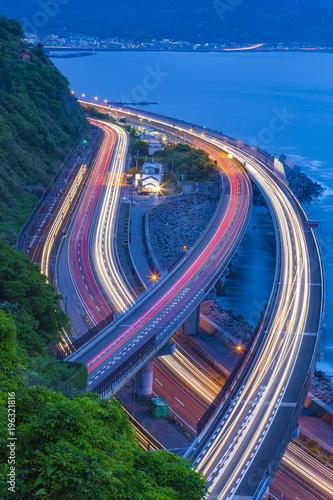 Lekkie ślady drogi ekspresowej Tomei / drogi krajowej nr 1 / linii Tokaido, prefektura Shizuoka Miasto Shizuoka na przełęczy Sasago