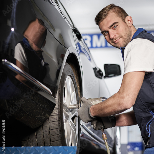Fototapeta Reifenwechsel in der Werkstatt