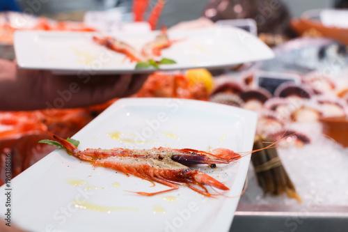 Aluminium Tijger Cooked tiger shrimp oт plate in male hands