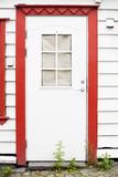 Puerta de madera con marco rojo - 196400418