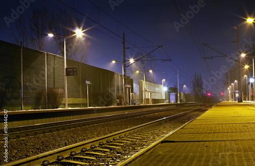 Fotobehang Spoorlijn peron na dworcu kolejowym nocą